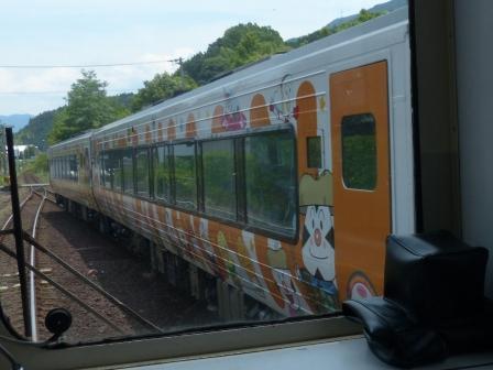車内から通過のアンパンマン列車を撮影 1