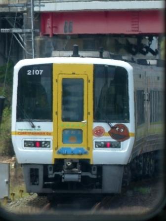 車内から通過のアンパンマン列車を撮影 2