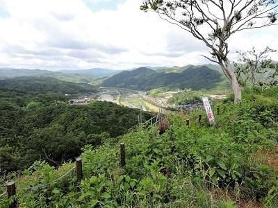14三ノ丸から富田城下町を望む