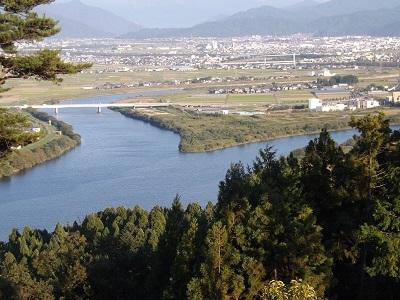 岸水城付近から福井市街地を望む