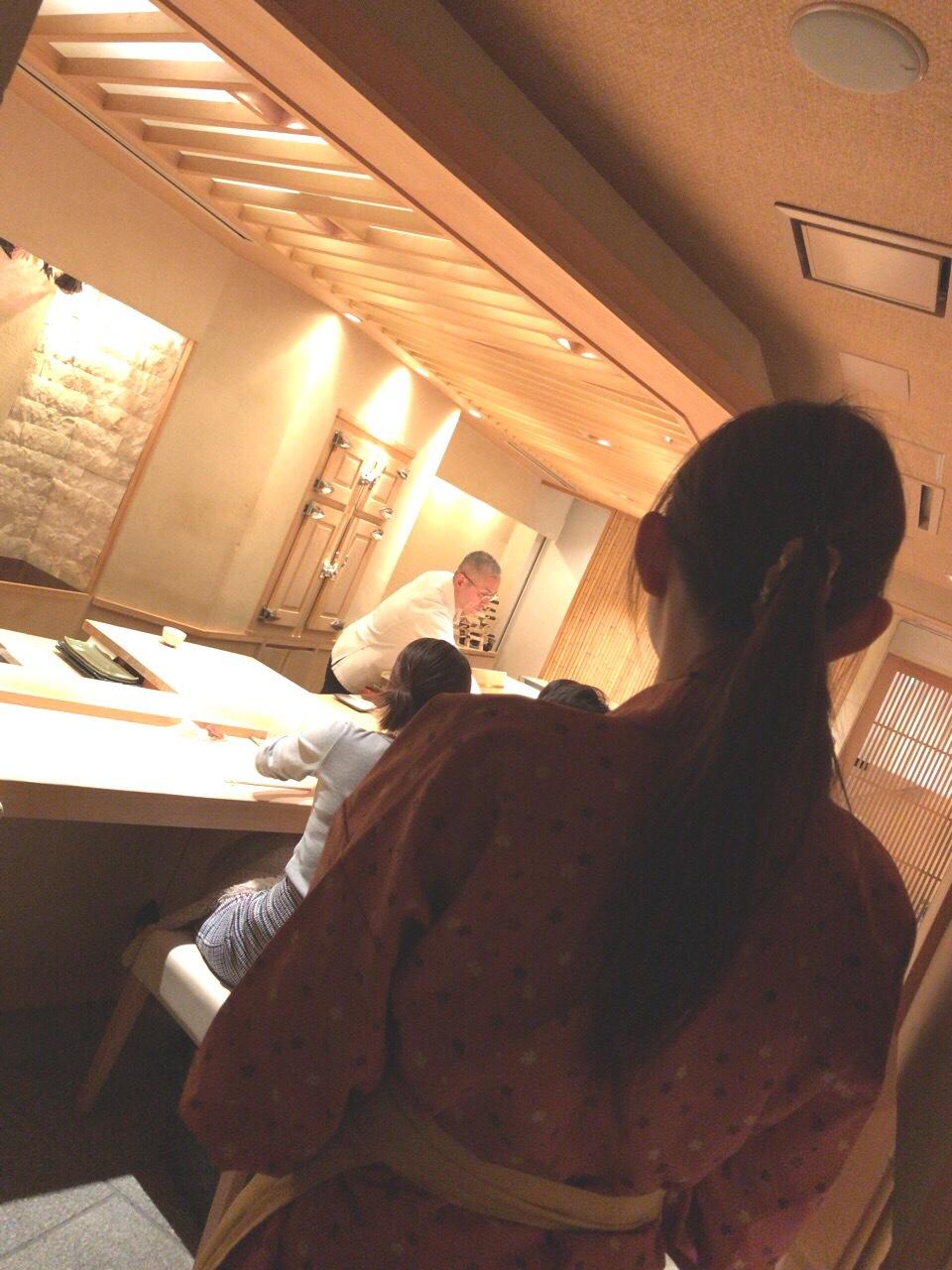 女性ホールスタッフ募集。芸能人も通う西麻布の高給寿司屋