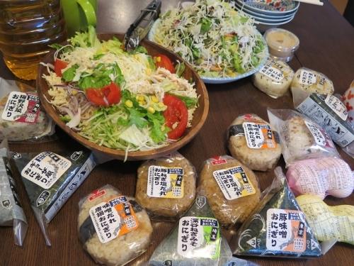 関東おにぎりとサラダ