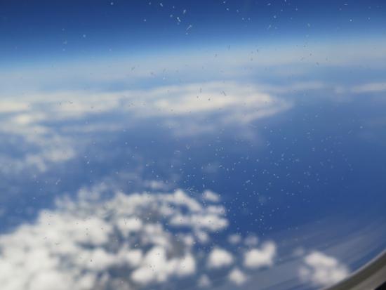 飛行機のガラスに霜
