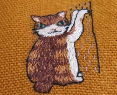 壁をカリカリ家猫ちゃんガマグチ