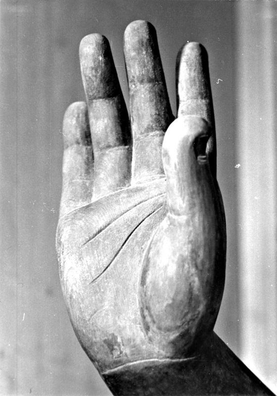 古保利薬師堂・薬師像の右手(昭和46年夏、初めて訪ねた時の撮影)