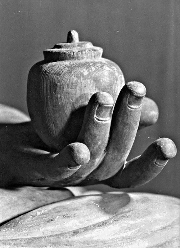 古保利薬師堂・薬師像の左手(昭和46年夏、初めて訪ねた時の撮影)