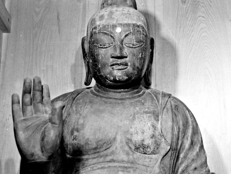 グッと突き出した大きな右手に圧倒される古保利薬師堂・薬師像