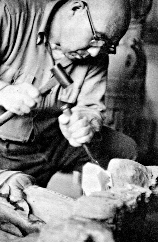 古保利薬師堂諸仏を修理する白石義男仏師(「回想の古保利薬師」所載)