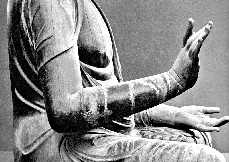 側面から見た新薬師寺・薬師如来像の右手