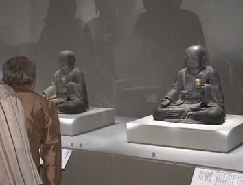 京都国立博物館にセットで展示されている、新町地蔵保存会・地蔵菩薩像とそのレプリカ