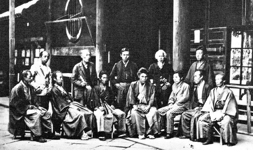 町田久成(前列中央)と田中芳男(右向かってから3人目)~明治5年(1872)湯島聖堂博覧会記念写真