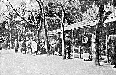 上野動物園明治25~6年の上野動物園~子供が見えず大人が楽しんでいる
