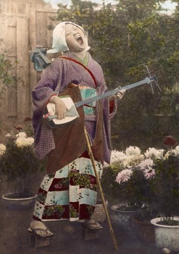 菊咲く庭で歌う瞽女b