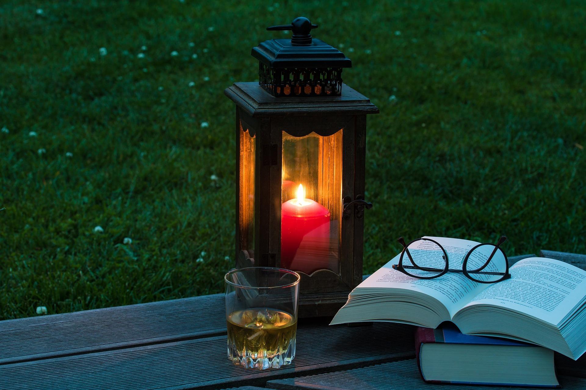 lantern-2369904_1920.jpg