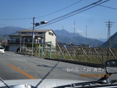 右の尖った山「乾徳山」