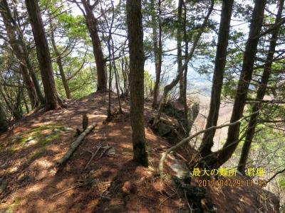 1,560m付近の岩場。前方は崖で前には進めない。