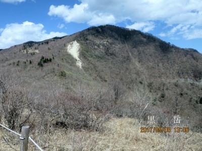 湯ノ沢峠から黒岳を振返る。