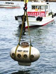 170503_神戸メリケンパーク沖から引き揚げられた30年前のタイムカプセル m_kobe-20170504000_縦VGA
