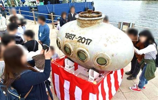 170503_神戸メリケンパーク沖から引き揚げられた30年前のタイムカプセル m_sankei-wst1705040015_640x405