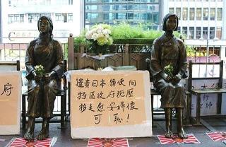 170707 香港の日本領事館前に設置された「慰安婦像」0170707at89_p_640x415