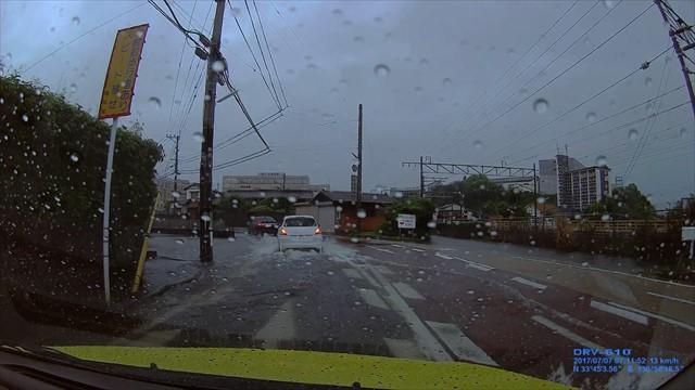 朝の通勤時の道路 冠水