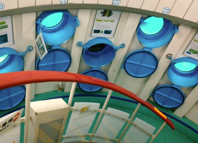 ラセン階段で海底へ