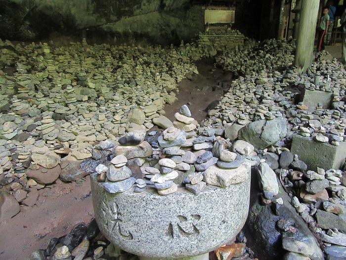 天の岩戸の前に多くの石積み 29.6.4