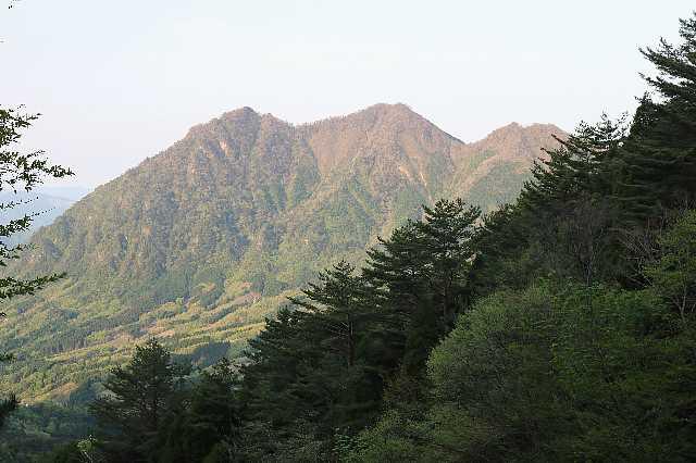 IMG0822JPG朝日を受ける釣鐘山