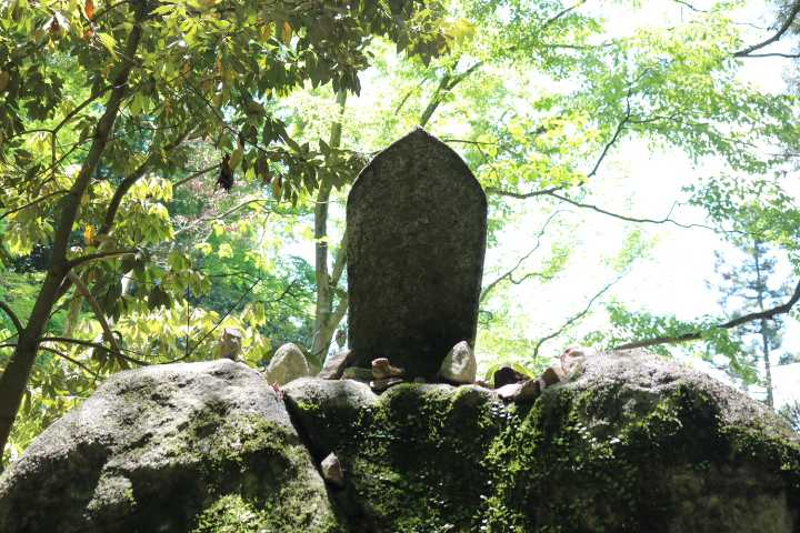 IMG1974JPG大岩上の石仏