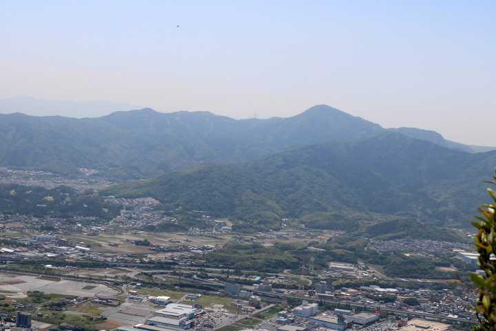 IMG2069JPG小倉市街地と貫山