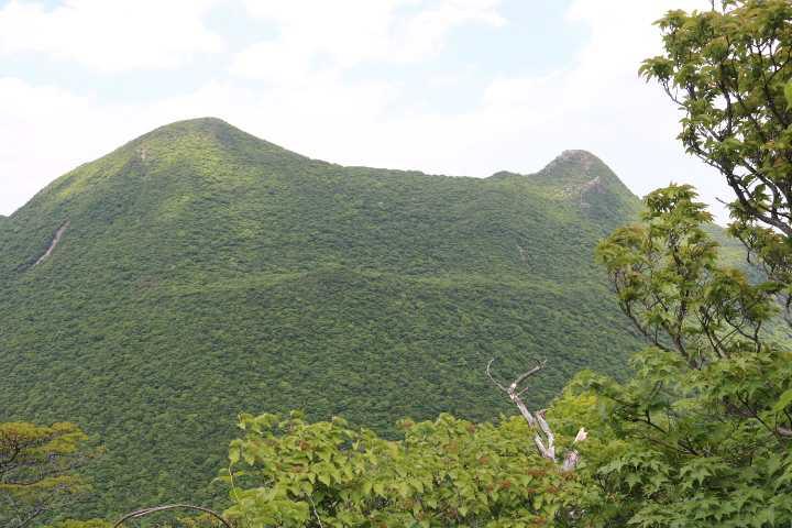 IMG2454JPG高塚山と天狗岩を正面に下りる