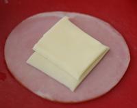 ハムにチーズをのせ