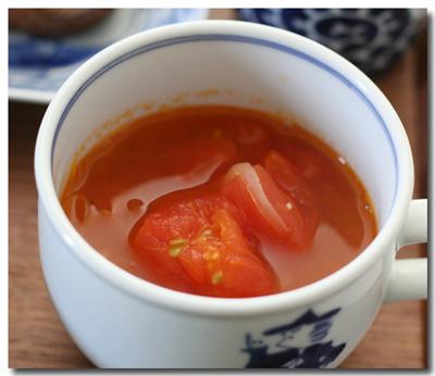ざく切りトマトと玉ねぎのニンニク風味スープ