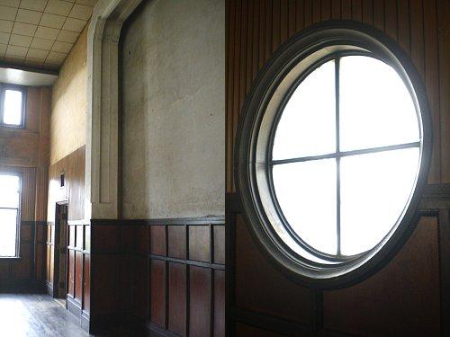 旧岡谷市役所・2F議場の枠