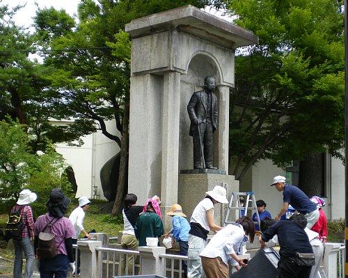 尾澤福太郎の銅像クリーニング