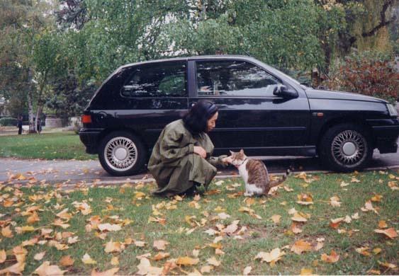 ⑦猫とヒロコさん1996年10月 フランス オーベールシュルオワーズ ゴッホの公園にて