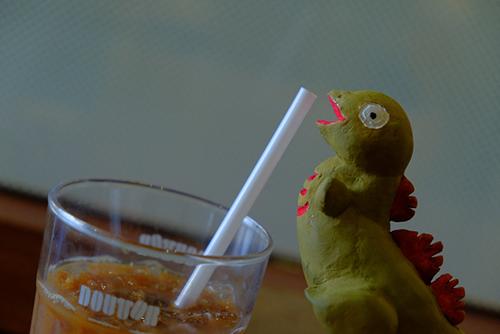 安田のアイスコーヒーを横取りして飲もうとしている、シン・ゴジラ第二形態、蒲田くん