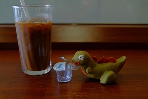 ミルク入りとはいえアイスコーヒーは苦いので、尾頭さんからガムシロップを貰った、シン・ゴジラ第二形態、蒲田くん