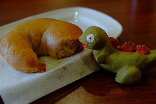 意外と歯ごたえのあるベーグルをムグムグと食べる、シン・ゴジラ第二形態、蒲田くん