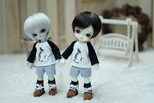 WITHDOLL、Happy Ending Story - Wolf Rudyのルディと、WITHDOLL、Halloween Limited Edition / Black Cat / Butler Pookyのキオ。お揃いのお洋服を着て。