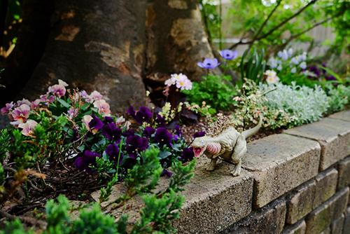 花壇でお花を見つけて嬉しそうな、シン・ゴジラ第二形態、蒲田くん