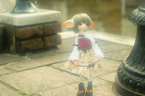 DOLLZONE・Miss Kittyのジーナ。PARABOXの27cmドール用お洋服に着替え、春のお嬢様風スタイルで、異国情緒漂う街角にたたずみました。
