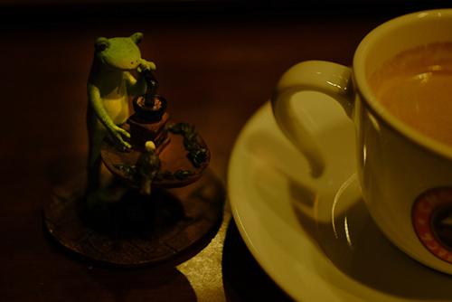カエルのコポー、コーヒー豆を挽いているカエルさんを連れて、コーヒーを飲みに行きました。