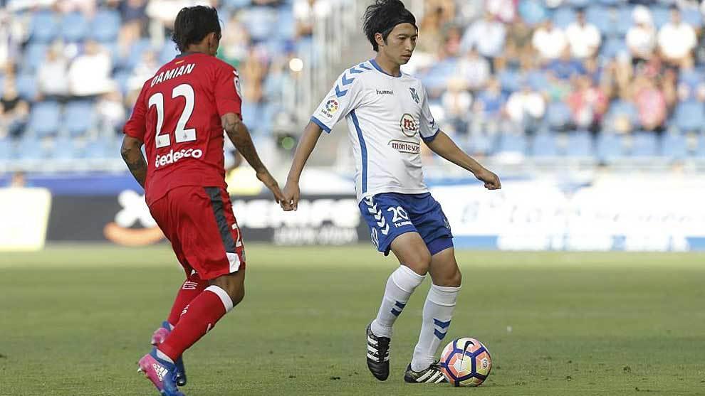 Gaku Shibasaki controla el balón con su habitual calma ante Damián