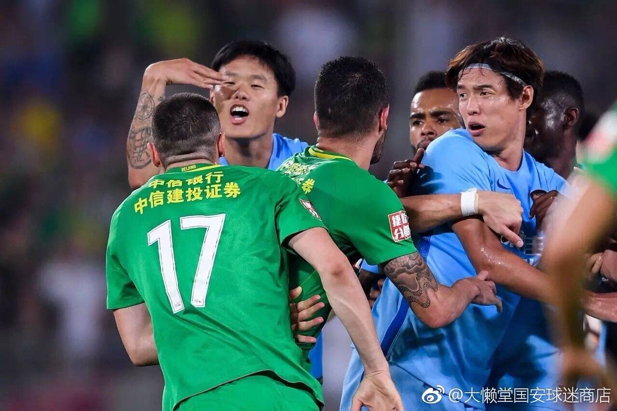 Another mass brawl in the #CSL BeijingGuoan striker Burak Yılmaz has shown a red card after he slapped