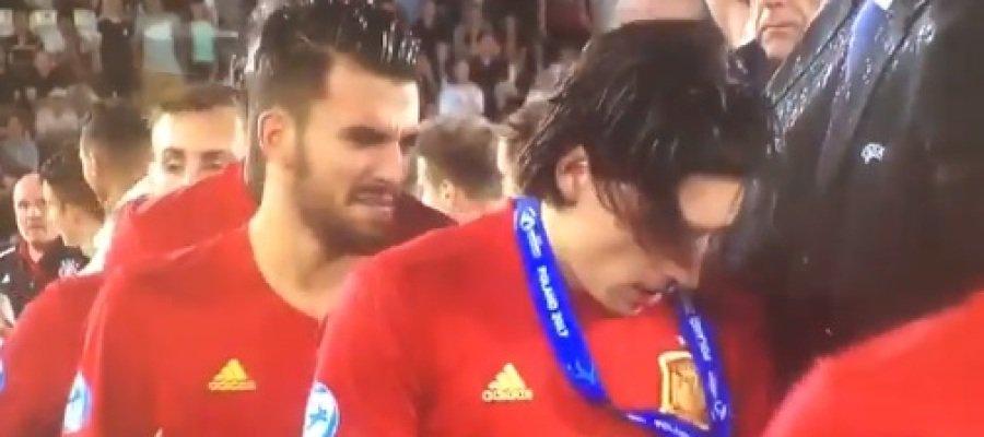 Adivina quién es jugador del Arsenal cachondeo por la reacción de Bellerín al recibir la plata en el sub-21