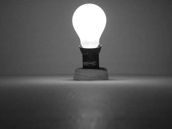 電球 ひらめき 知恵