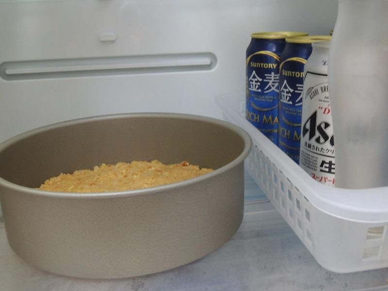 型を冷蔵庫に冷やします