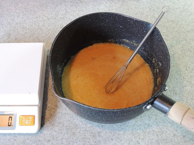 卵黄と砂糖を混ぜる