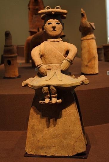 襷を掛けている巫女の人物埴輪(埴輪「腰掛ける巫女」重要文化財 東京国立博物館蔵)